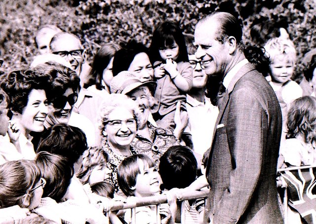Prince Philip meets the crowds on his tour of Sleaford in 1975. EMN-211204-152231001