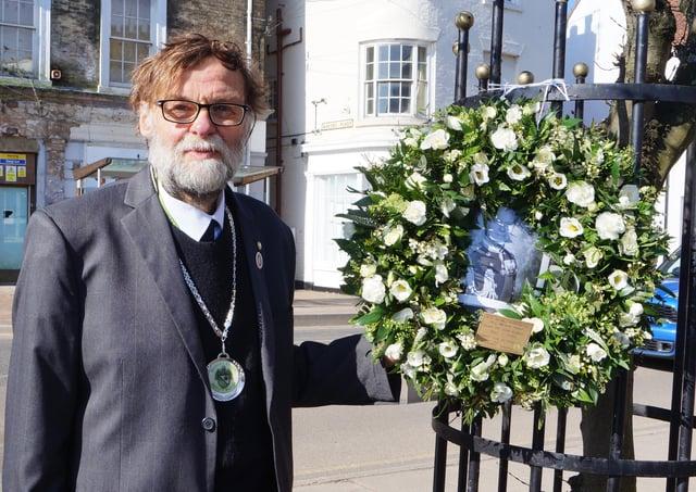 Market Rasen's Deputy Mayor, Coun Stephen Bunney ladi a wreath on behalf of the town to commemorate the Duke of Edinburgh EMN-210417-121305001