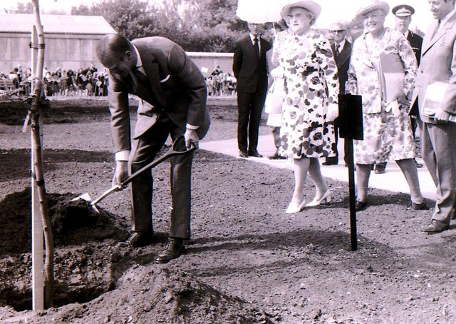 Prince Philip planting a tree on Eastgate Green on his visit to Sleaford in 1975. EMN-211204-152241001