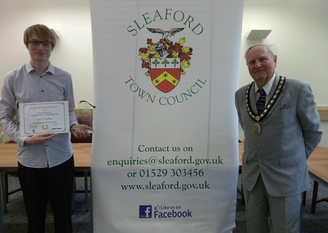The Sleafordian of the Year award presented by Mayor Anthony Brand to Lee Taylor. EMN-210528-114350001