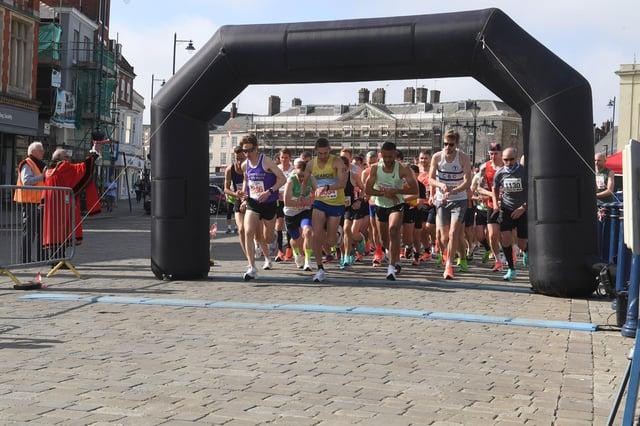 Half marathon runners EMN-210531-135722005